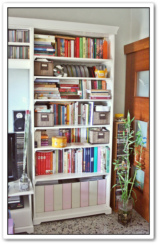 Soggiorno colorato ikea idee per il design della casa for Libreria cubi ikea