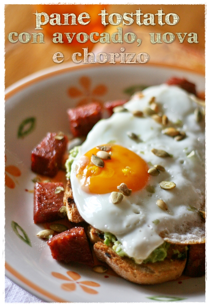 con avocado, uova e chorizo – Avocado and egg on toast with chorizo ...