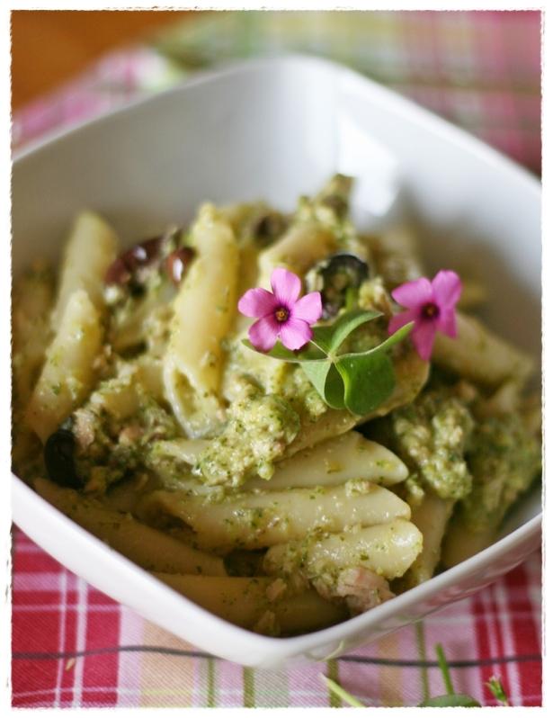 Penne con crema di zucchine all'acetosella, tonno e olive2