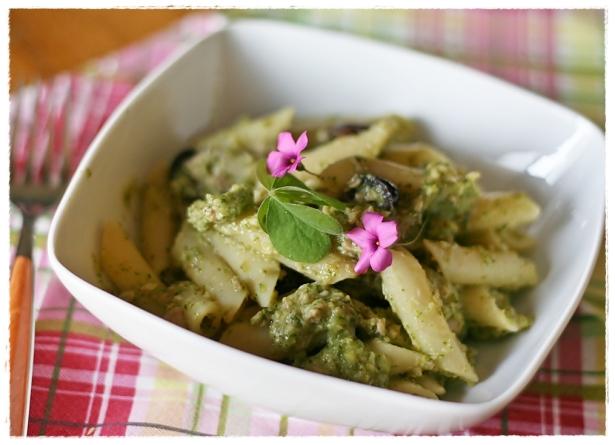 Penne con crema di zucchine all'acetosella, tonno e olive4