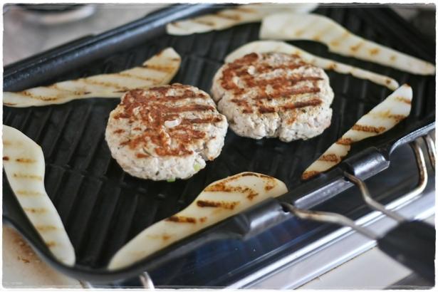 Burger di tacchino e pere grigliate