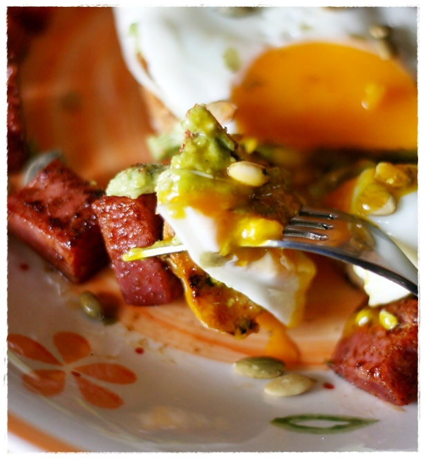 ... con avocado, uova e chorizo – Avocado and egg on toast with chorizo