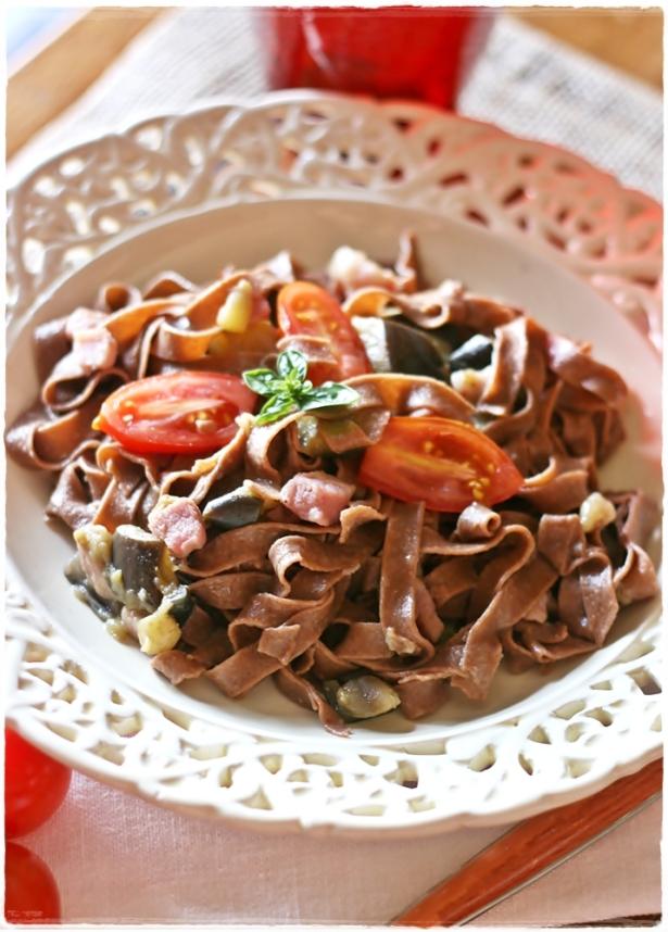 Tagliatelle al cacao con pomodorini, melanzane e pancetta4